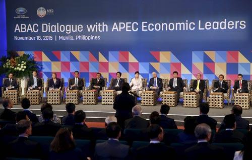 Các nhà lãnh đạo APEC tham gia cuộc đối thoại với  các thành viên Hội đồng Tư vấn Kinh doanh APEC hôm 18-11 Ảnh: REUTERS
