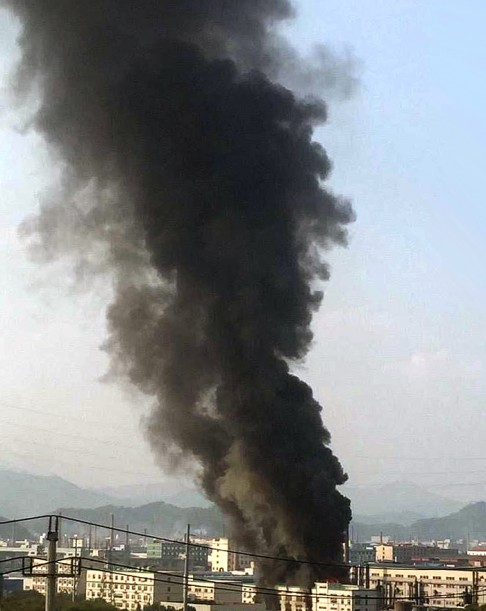 Đám cháy bốc cao hơn 100 m. Ảnh: SCMP