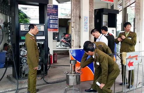 Nhà chức trách kiểm tra cây xăng trên đường Trần Khát Chân (quận Hai Bà Trưng)