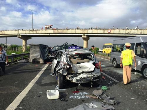 Hiện trường vụ tai nạn giao thông liên hoàn trên đường cao tốc TP HCM - Trung Lương hôm 28-9 làm 2 người chết Ảnh: MINH SƠN