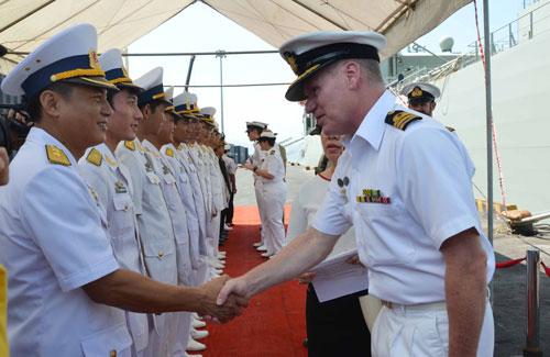 Lực lượng hải quân Úc và Việt Nam chào xã giao tại lễ đón sáng 30-10
