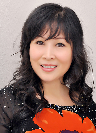 Hồng Vân được xem là bà bầu mát tay và thành công trong làng kịch Sài Gòn 15 năm qua. Chị đang là Đại biểu Hội đồng nhân dân TP HCM (nhiệm kỳ 2012-2016)