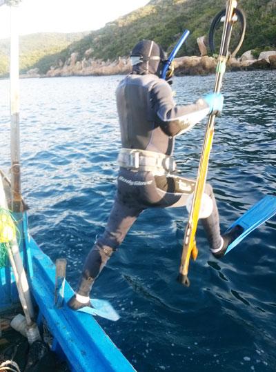 Từng người lặn sẽ được thả ở từng điểm riêng biệt