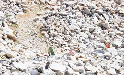 Một bãi khai thác đá chẻ ở lưng chừng núi tiềm ẩn nhiều rủi ro