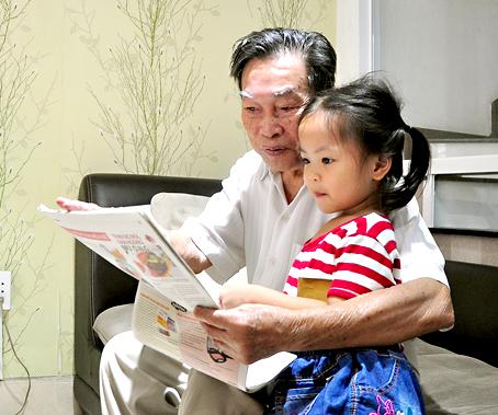 Ông Trần Đình Phương kể cho cháu nội nghe những mẩu chuyện về Bác Hồ.