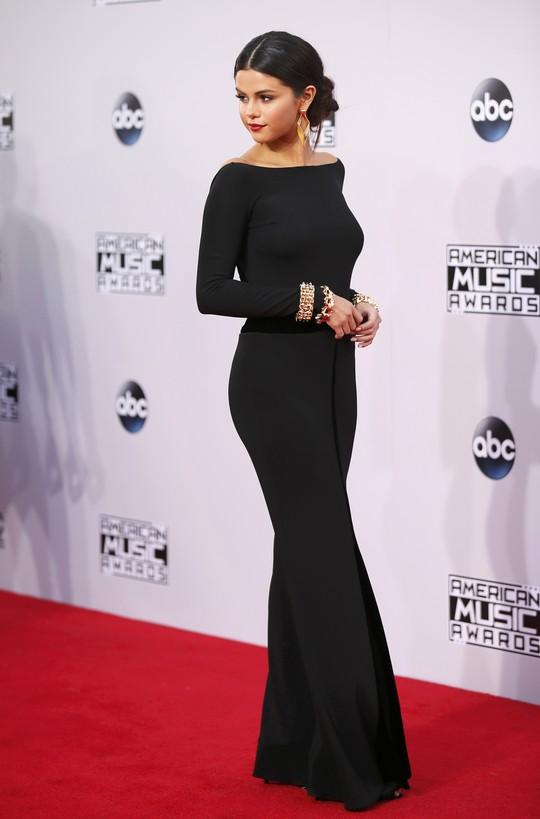 Selena Gomez kín đáo trên thảm đỏ