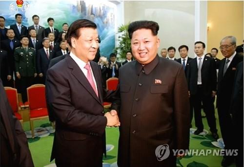 Lãnh đạo Kim Jong-un (phải) gặp ông Lưu Vân Sơn hôm 9-10. Ảnh: Yonhap