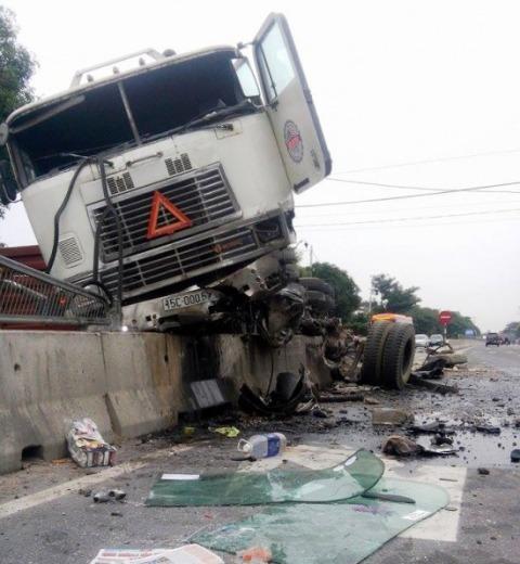 Đâu xe bị hư hỏng nặng sau tai nạn, bánh xe rơi rụng khắp nơi