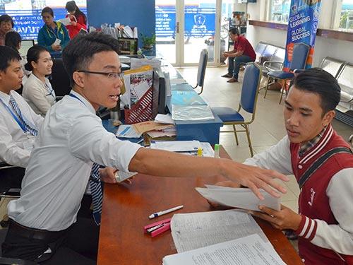 Thí sinh nộp đơn xét tuyển nguyện vọng bổ sung tại Trường ĐH Nguyễn Tất Thành Ảnh: TẤN THẠNH