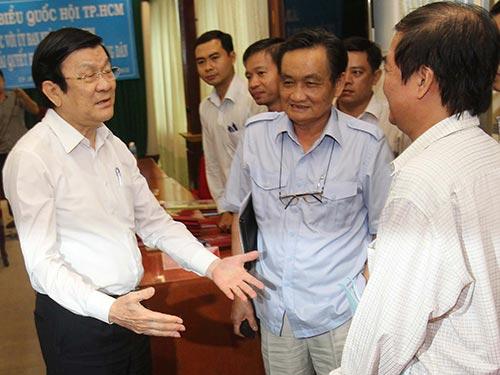 Chủ tịch nước Trương Tấn Sang trao đổi bên lề trong cuộc làm việc với UBND TP HCM Ảnh: HOÀNG TRIỀU