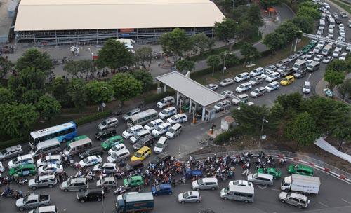 Đường ra vào sân bay Tân Sơn Nhất thường xuyên quá tải Ảnh: HOÀNG TRIỀU