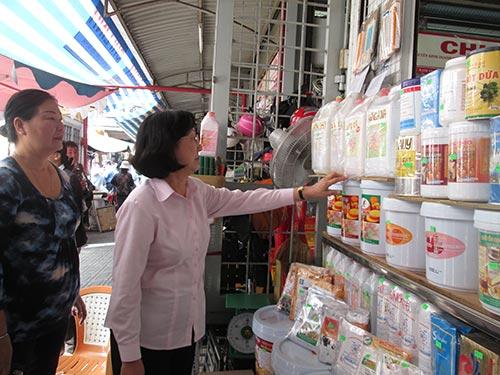 Các thành viên của HĐND TP HCM khảo sát tại chợ Kim Biên