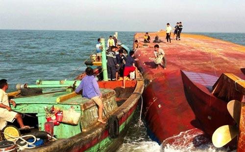Hiện trường vụ lật tàu tại sông Soài Rạp