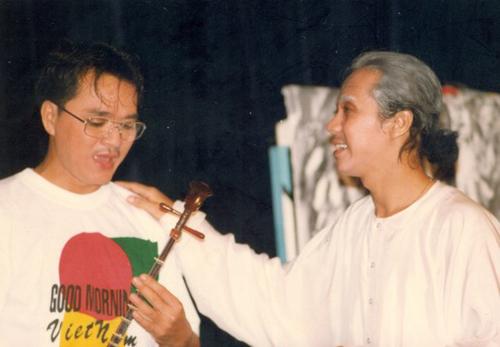 Nghệ sĩ Quốc Thảo (trái) và Nghệ sĩ Ưu tú Thành Lộc trong vở Dạ cổ hoài lang - bản dựng đầu tiên trên Nhà hát kịch Sân khấu nhỏ TP HCM.