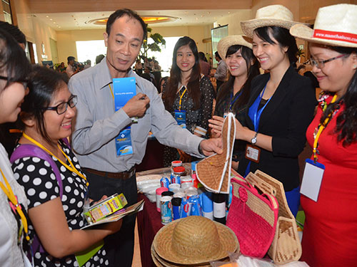 Đại diện các doanh nghiệp trao đổi thông tin tại một hội nghị về xuất khẩu ở TP HCM Ảnh: TẤN THẠNH