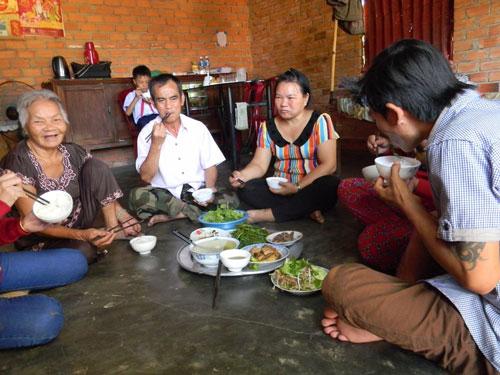 Dù rất vui nhưng trong bữa trưa 30-11 cùng gia đình, ông Huỳnh Văn Nén (ngồi giữa) chỉ ăn được vài muỗng cơm Ảnh: Minh Hải