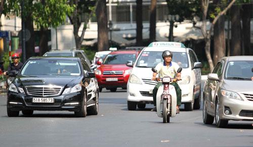 Hiện nay, nhập ô tô về bán thì doanh nghiệp có lời hơn, người tiêu dùng được mua xe rẻ hơn. Ảnh: Hoàng Triều