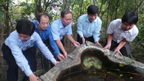 Thứ trưởng Bộ Y tế Nguyễn Thanh Long (thứ 2 từ phải qua) cùng người dân đổ nước đọng trong các vật dụng chứa nước