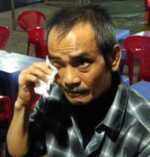 Bị can Huỳnh Văn Nén không giấu được xúc động khi bước ra khỏi trại tạm giam Ảnh: NGUYỄN THẬN