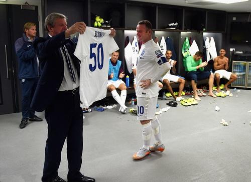 ... và nhận chiếc áo số 50 từ HLV Roy Hodgson