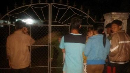 Nhiều người dân tới hiện trường theo dõi vụ việc - Ảnh: Tiền Phong
