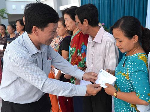 Ông Trương Hồng Sơn, Chánh Văn phòng LĐLĐ TP HCM trao quà cho các giáo viên viên mắc bệnh hiểm nghèo