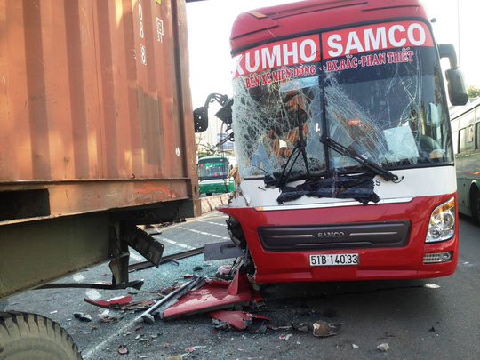 Hiện trường vụ xe khách tông xe container trên xa lộ Hà Nội vì dải phân cách bị dời phục vụ thi công nhưng không gắn biển cảnh báo Ảnh: GIA MINH