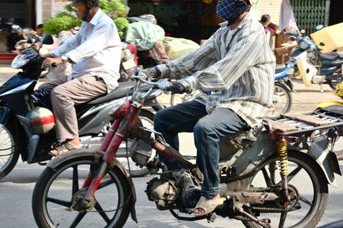 """Những người điều khiển xe """"cà tàng"""" thường chạy rất ẩu Ảnh: Lê Phong"""