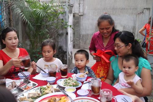 Bà Lê Thị Thanh Hoa (đứng) tặng quà Tết cho công nhân ở trọ