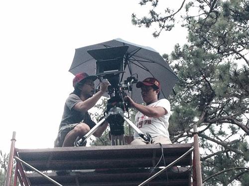 Nhân viên máy quay là một trong những bộ phận làm việc cật lực trên phim trường Ảnh: TRẦN ĐĂNG THÁI