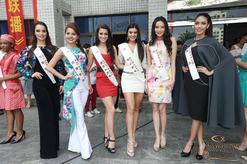 Lan Khuê (bìa phải) trong một sự kiện thuộc khuôn khổ cuộc thi Hoa hậu Thế giới 2015 Ảnh: MISSWORLD