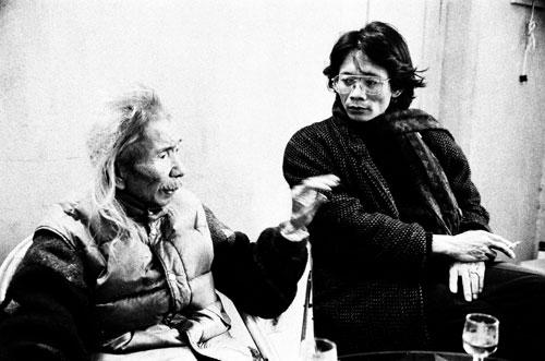 Mai Linh (phải) trò chuyện với nhạc sĩ Văn Cao, năm 1995. Ảnh: NGUYỄN ĐÌNH TOÁN