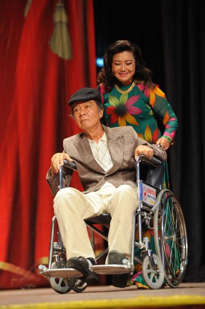 Nghệ sĩ Kim Cương và nghệ sĩ Long Hải trong chương trình trao tặng quà cho nghệ sĩ nghèo