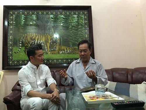 Ca sĩ Đàm Vĩnh Hưng đại diện nhóm nghệ sĩ đến thăm và trao tặng nhạc sĩ Tô Thanh Tùng 100 triệu đồng để chữa bệnh và nhận lời tổ chức đêm nhạc cho ông. (Ảnh do nghệ sĩ cung cấp)