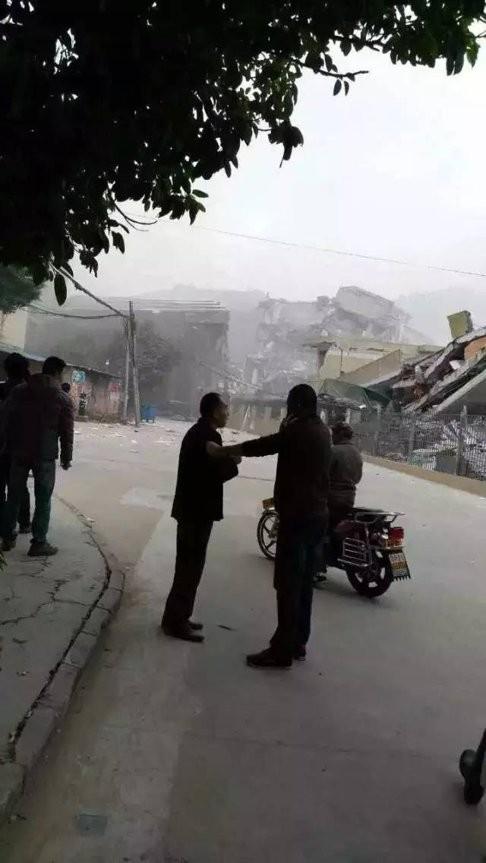 Người dân tập trung tại gần hiện trường vụ lở đất. Ảnh: Myzaker.com