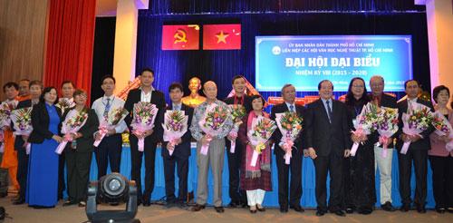 Chủ tịch Liên hiệp các Hội Văn học Nghệ thuật Việt Nam Hữu Thỉnh (thứ năm từ phải vào) và Trưởng Ban Tuyên giáo Thành ủy TPHCM Thân Thị Thư (thứ tư từ trái vào) tặng hoa cho Ban Chấp hành Liên hiệp các Hội Văn học Nghệ thuật TPHCM nhiệm kỳ 2015 - 2020