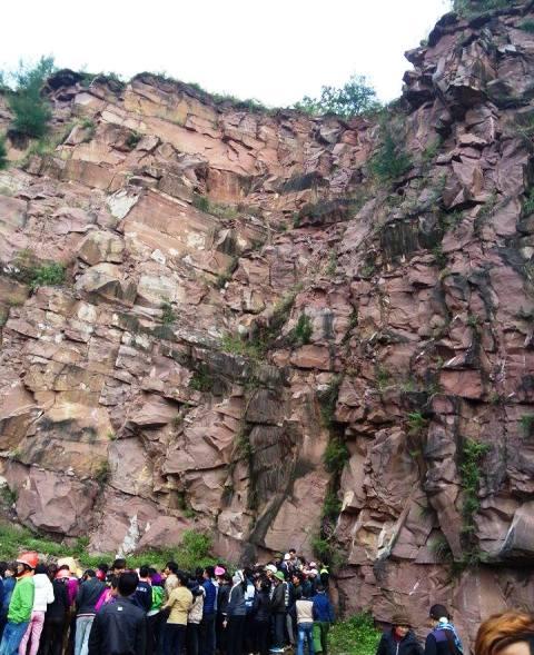 Hiện trường nơi người dân phát hiện thi thể nam thanh niên chết dưới chân núi Đỏ