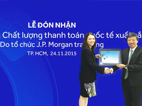 Phó Tổng Giám đốc ACB Nguyễn Đức Thái Hân (bên phải) nhận giải thưởng từ đại diện J.P Morgan