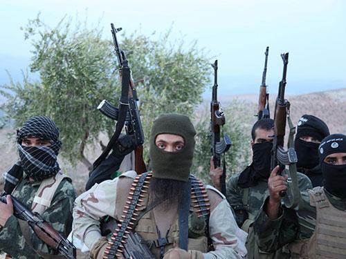 Phiến quân Mặt trận Nusra tước vũ khí và đạn dược của các chiến binh Sư đoàn 30  do Mỹ huấn luyện Ảnh: REX