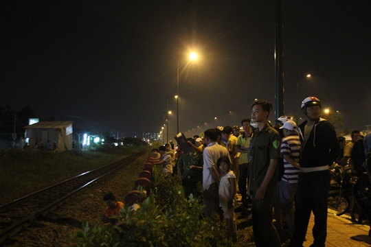 Nhiều người dân hiếu kỳ tập trung khá đông tại hiện trường vụ tai nạn