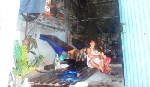 Nhà không phép bị yêu cầu tháo dỡ, cha con một hộ dân tại xã Xuân Thới Thượng sống cảnh màn trời chiếu đất.Ảnh: Lê Phong