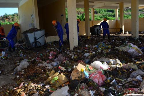 Công đoạn phân loại rác thủ công tại Nhà máy Xử lý rác thải rắn sinh hoạt ở huyện đảo  Lý Sơn, tỉnh Quảng NgãiẢnh: TỬ TRỰC