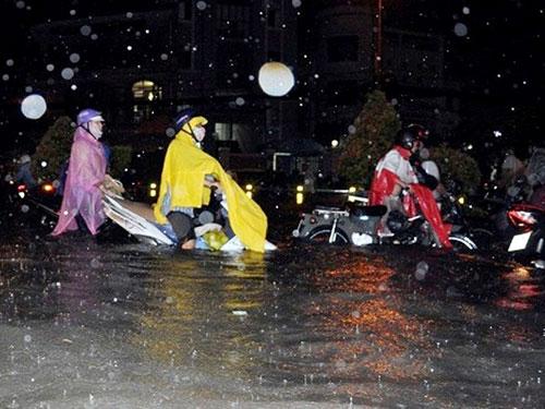 Cơn mưa ngày 15-9 đã gây ngập 66 tuyến đường ở TP HCM Ảnh: XUÂN DANH