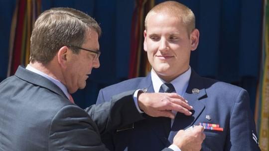 Spencer được Bộ trưởng Quốc phòng Mỹ John Carter trao Huy chương Dũng cảm. Ảnh: EPA