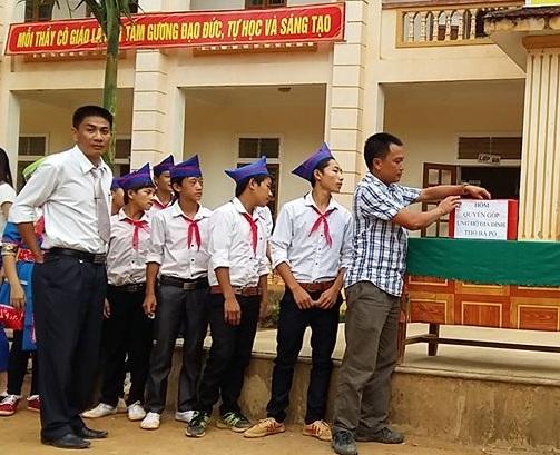 Thầy cô và học sinh trường THCS Nậm Càn đang quyên góp ủng hộ gia đình em Pó