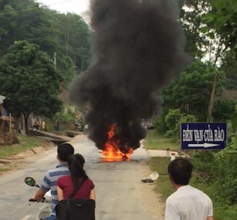 Xe máy bốc cháy ngùn ngụt sau khi ngã đổ xuống đường khiến người phụ nữ điều khiển phải sợ hãi bỏ chạy