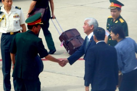 Bộ trưởng Quốc phòng Nhật Bản xuống sân bay Cam Ranh - Ảnh: Zing