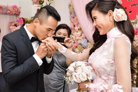 Thúy Diễm và Lương Thế Thành trong ngày đính hôn
