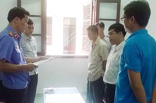 Cơ quan điều tra VKSND Tối cao đọc lệnh bắt Trương Vi Văn (thứ hai phải sang) và Vy Tuấn Anh (áo trắng cạnh Văn) - Ảnh: PLO