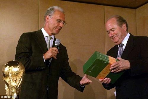 Cựu trưởng BTC World Cup 2006 Beckenbauer (trái) cũng bị tố cáo nhiều sai phạm